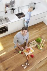 Deutschland, München, Senioren Paar die Zubereitung von Speisen in der Küche