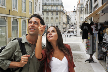 Portugal, Lissabon, Baixa, junges Paar über Architektur