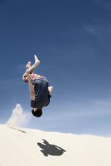 Frankreich, Teenage Jungen springen auf Sand-Düne