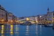 Italien, Venedig, Blick auf den Canal Grande und die Rialto- Brücke in der Abenddämmerung