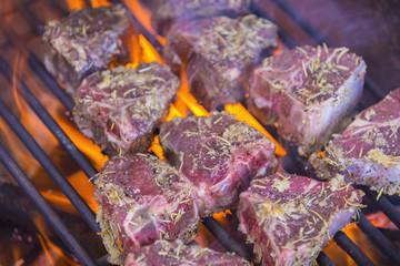 Lammkotelett Steaks Grillen auf heißem Grill Feuer