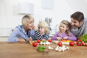 Deutschland, München, Familie Zubereitung von Speisen
