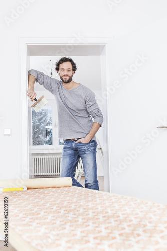 Mann, stehend an Tür