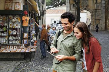 Portugal, Lissabon, Baixa, Rossio, junge Paare, die Postkarte