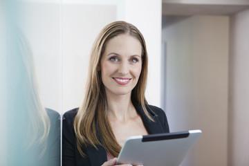 Deutschland, junge Frau mit Tablet PC