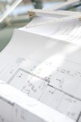 Architekturplanund Zollstock auf dem Tisch
