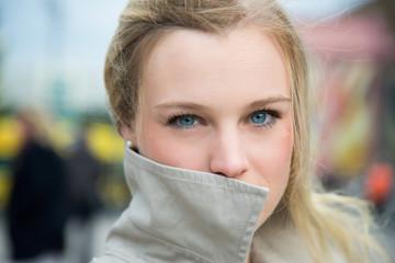 Deutschland, Berlin, Porträt einer blonden Frau