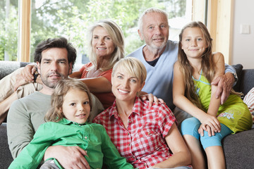 Deutschland, Numerberg, Familie im Wohnzimmer