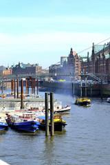 Deutschland, Hamburg, Ansicht der Speicherstadt mit Fluss