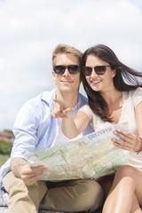 Polen, Warschau, Junges Paar lesen Stadtplan