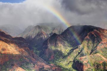 USA, Hawaii, Regenbogen über Schlucht