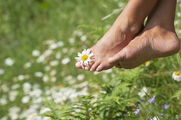 Österreich, Altenmarkt- Zauchensee, Frau mit Blume zwischen den Zehen