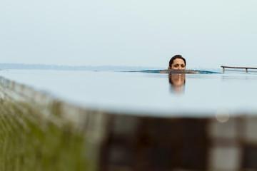 Indien, Kerala, Junge Frau Entspannung im Pool