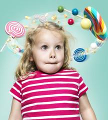 Kleines Mädchen mit fliegenden Süßigkeiten um ihren Kopf, Composite