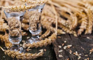 Klarer Schnaps und Getreide
