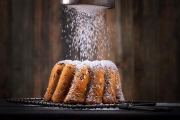frischer Kuchen mit Puderzucker - gestreut