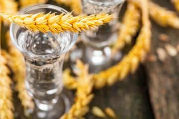 Korn, Schnaps mit Getreide auf Holz