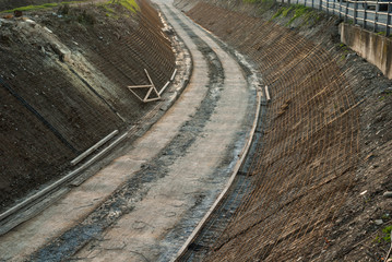 Cantiere rifacimento argini, cemento e rete eletrosaldata