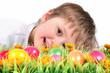 Kind mit vielen bunten Ostereiern