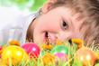 Kind mit bunten Ostereiern