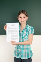 Schülerin zeigt ihr Jahreszeugnis