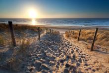 Zonneschijn over pad naar het strand in Noordzee