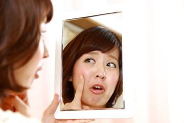 肌荒れにショックを受ける女性