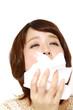 くしゃみと鼻水が止まらない女性