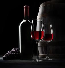 Weinflasche mt Gläsern und Fass