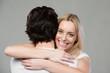 glückliche junge frau umarmt ihren freund
