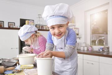 Deutschland, Mädchen und Jungen, Teig kneten in der Küche