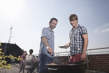 Deutschland, Berlin, Männer Grillen auf dem Grill