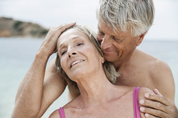 Spanien, Senior Paar am Strand