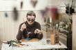 Deutschland, Bayern, Seniorin, steckt Glasperlen