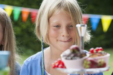 Mädchen suchen auf Muffins auf einer Geburtstagsparty