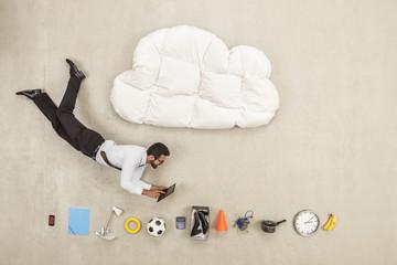 Geschäftsmann fliegen zwischen Wolke Form Kissen und vielen Produkten