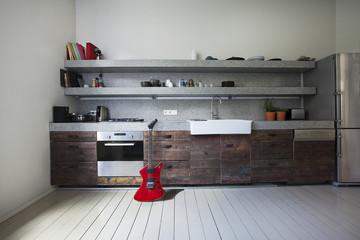 Innenraum der Küche mit E-Gitarre