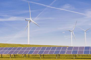 Deutschland, Schleswig -Holstein, Ansicht der Sonnenkollektor -und Windturbine auf dem Gebiet