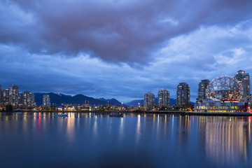 Kanada, Skyline von Vancouver in der Nacht mit TELUS World of Science