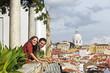 Portugal, Lissabon, Alfama, Miradouro de Santa Luzia, junge Paare, die Ansicht