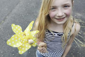 Deutschland, Köln, Mädchen spielen mit Papier Windmühle