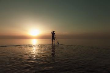 Deutschland, Schleswig Holstein, Mann Stand Up Paddle Board auf der Ostsee