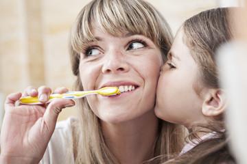Deutschland, Köln, Mutter Zähneputzen, während Tochter küssen