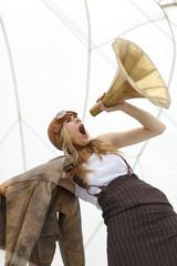 Deutschland, Paderborn, Frau schreien ins Gramophon