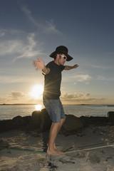 Frankreich, Bretagne, Landeda, Mann Balancieren auf Slackline am Strand