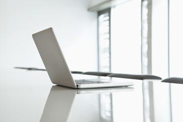 Deutschland, Köln, Laptop auf Konferenztisch