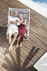 Spanien, Senior Paar entspannt auf Liegestuhl am Strand