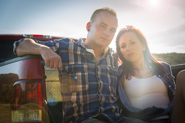 USA, Texas, Junges Paar sitzt auf Ladefläche