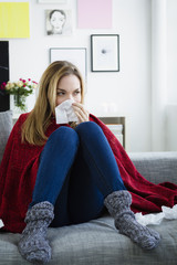 Deutschland, München, junge Frau, leidet unter Kälte
