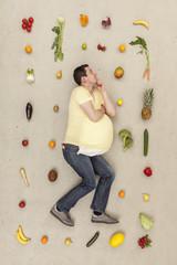 Mann träumt von Lebensmitteln